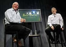 <p>El presidente de Microsoft, Bill Gates (der) y el presidente ejecutivo Steve Ballmer hablan con empleados de la compañía en un evento de despedida para Gates en su último día como un trabajador de tiempo completo para Microsoft, en las oficinas centrales de la empresa en Redmond, Washington, 27 jun 2008. Steve Ballmer ha sido el presidente de Microsoft durante ocho años, sin embargo logrará por fin desembarcar en la 'oficina de la esquina' que Bill Gates, su compañero de universidad que lo contrató hace tres décadas, ha dejado vacante. La presión de encabezar la compañía de software más grande del mundo sólo aumentará ante el fracaso del intento de hacerse con Yahoo, que forzó al buscador a lograr una alianza con su rival, Google, que cada día se acerca más a ser un competidor directo de la empresa de Redmont. Photo by Reuters (Handout)</p>