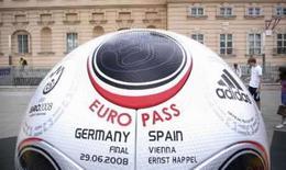 <p>Bola anuncia partida final entre Alemanha e Espanha, em 27 de junho de2008.. Photo by Kai Pfaffenbach</p>
