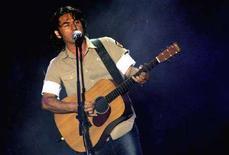 <p>Luciano Ligabue durante un'esibizione a Roma. REUTERS/Alessia Pierdomenico AMP/CN</p>