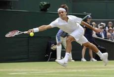 <p>O tenista suíço Roger Federer tenta alcançar a bola durante partida contra o australiano Lleyton Hewitt durante o torneio de Wimbledon, dia 30 de junho. Federer sagrou-se vencedor da batalha entre os campeão de Wimbledon ao derrotar o australiano Lleyton Hewitt por 7-6, 6-2 e 6-4, nesta segunda-feira, para alcançar as quartas-de-final do Grand Slam. Photo by Toby Melville</p>