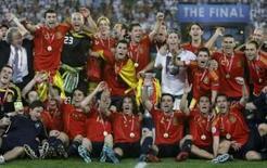 <p>Jogadores da seleção espanhola comemoram título da Eurocopa 20008 após derrotar a Alemanha na final, dia 29 de junho, em Viena. A conquista da seleção espanhola na Euro 2008, após 44 anos sem título, serviu de inspiração para a imprensa espanhola prever um futuro vitorioso para o país. Photo by Kai Pfaffenbach</p>