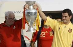 <p>Para vocês', diz Casillas na chegada da Espanha campeã em Madri. A seleção espanhola de futebol chegou a Madri aterrissando no aeroporto de Barajas com o título da Eurocopa, 44 anos após a Espanha conseguir seu único troféu internacional importante. 30 de junho. Photo by Sergio Perez</p>