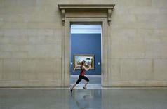 <p>Un velocista corriendo entre las galerías del museo Tate Britain, como parte de la muestra de cuatro meses de duración 'Work No. 850' del artista británico Martin Creed,30 jun 2008.Un velocista recorrerá una galería de arte londinense cada 30 segundos por los próximos cuatro meses en la última exhibición del artista británico Martin Creed. La instalación, llamada 'Work No. 850', está auspiciada por la casa de subastas Sotheby's y se exhibe desde el martes en la galería Tate Britain entre sus 86 metros de esculturas neoclásicas. Photo by Reuters (Handout)</p>