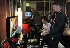<p>Visitantes juegan Rock Band en una consola de Xbox 360 en la feria electrónica 'Consumer Electronics Show' (CES), en Las Vegas, Nevada 7 ene 2008 (foto de archivo). Los fabricantes del videojuego 'Rock Band 2' anunciaron que la segunda parte de su éxito de ventas del año pasado 'Rock Band' saldrá en septiembre para la consola Xbox, meses antes de su principal rival, 'Guitar Hero'. Ambos juegos permiten a los usuarios tocar instrumentos como si estuvieran en un grupo de rock. Photo by (C) STEVE MARCUS / REUTERS/Reuters</p>
