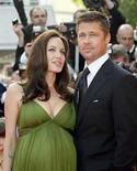 <p>Foto de archivo de la actriz Angelina Jolie y su pareja Brad Pitt en el estreno de 'Kung Fu Panda' en Cannes, 15 mayo 2008. La actriz de Hollywood Angelina Jolie (en la foto) fue hospitalizada en Niza, en el sur de Francia, donde espera dar a luz a mellizos, señalaron reportes el martes. Según los informes, la ganadora del Oscar de 33 años, cuya pareja es el actor Brad Pitt, fue internada el lunes en el hospital Lenval. Photo by (C) JEAN-PAUL PELISSIER / REUTERS/Reuters</p>