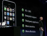 <p>El director ejecutivo de Apple Corporation, Steve Jobs, durante la presentación del iPhone 3G en San Francisco, California,9 jun 2008.Los consumidores que quieran comprar el nuevo iPhone en Estados Unidos, pero que no puedan o deseen firmar un contrato de dos años con la operadora AT&T Inc, tendrán la oportunidad de conseguir el aparato pagando 400 dólares adicionales. Apple Inc dijo que el nuevo iPhone saldrá a la venta el 11 de julio a 199 dólares en su modelo con 8 gigabytes de almacenamiento y a 299 dólares la versión de 16 gigabytes. Estos precios se aplican al firmar el contrato de dos años con AT&T. Photo by (C) KIMBERLY WHITE / REUTERS/Reuters</p>