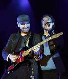 <p>Chris Martin (a la derecha) y Jonny Buckland (a la izquierda) de la banda británica Coldplay tocan durante un concierto, parte de la gira 'Viva la vida', en Barcelona España, 17 jun 2008 (Fotografía de archivo). La banda británica de rock Coldplay lideró el ránking estadounidense de música pop por segunda semana consecutiva el miércoles, mientras los veteranos de Motley Crue debutaron en el cuarto lugar con su primer álbum en 11 años. El cuarto disco de Coldplay, 'Viva La Vida or Death and All His Friends', vendió 249.000 copias en la semana que finalizó el 29 de junio, según datos de Nielsen SoundScan. Photo by (C) ALBERT GEA / REUTERS/Reuters</p>