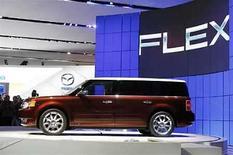 <p>El nuevo vehículo de Ford, Flex es revelado al público en la convención internacional de automóviles de Nueva York, 4 abr 2007. El canal de televisión en español Telemundo y Ford lanzarán en conjunto una miniserie de 22 capítulos que será transmitida en estaciones de Nueva York, Los Angeles y Miami desde el próximo lunes. 'Amores de Luna' presentará el 'Flex', el nuevo vehículo de Ford, que será integrado en la serie. Photo by (C) KEITH BEDFORD / REUTERS/Reuters</p>