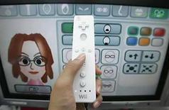 <p>Una persona juega con el Nintendo Wii en una tienda electrónica en el distrito de Akihabara en Tokio (foto de archivo), 24 enero 2008. Si para hacer un videojuego se combinaran 'American Idol' y un cuento de hadas moderno, el resultado sería 'Boogie SuperStar', el último juego de Electronic Arts (EA) para la consola Wii de Nintendo. Pero en vez de encontrar al Príncipe Azul, el objetivo del juego es superar cantando y bailando a las jugadoras rivales para ganar el gran premio de Boogie SuperStar. Photo by (C) YURIKO NAKAO / REUTERS/Reuters</p>