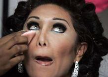 <p>Un transessuale si prepara ad un concorso in Brasile REUTERS/Paulo Whitaker</p>