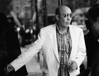 <p>Foto de archivo del fallecido periodista estadounidense Hunter S. Thompson, al ingresar a un estudio de televisión para una entrevista, en Nueva York, 10 jun 1997. Cuando el director Alex Gibney, ganador del Oscar, comenzó a filmar la historia del periodista estadounidense Hunter S. Thompson en su funeral, dijo que fue uno de sus 'mayores fracasos' al hacer un documental. 'Nadie quiso hablar, así que sólo nos sentamos allí con el equipo de filmación pidiendo servicio a la habitación, fue patético', dijo Gibney al recordar el funeral del 2005, que costó cerca de 2 millones de dólares y que pagó el actor Johnny Depp, al que asistieron amigos y actores como Bill Murray. Photo by (C) REUTERS PHOTOGRAPHER / REUTERS/Reuters  (c) Reuters Photographer / Reuters</p>