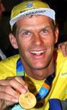 <p>Scheidt será porta-bandeira do Brasil em Pequim. O iatista Robert Scheidt em imagem de arquivo. O bicampeão olímpico vai carregar a bandeira do Brasil na cerimônia de abertura dos Jogos Olímpicos de Pequim. 25 de agosto de 2004. Photo by Stringer</p>