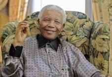 <p>Nelson Mandela processa galeria de arte de Londres. O ex-presidente da África do Sul Nelson Mandela está processando uma galeria de arte de Londres por vender desenhos como se fossem seus, disseram seus advogados na sexta-feira. Foto de Arquivo. Photo by Dylan Martinez</p>