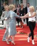 <p>Las integrantes del grupo Abba Agnetha Faltskog (centro) y Frida Reuss (izq) bailan con la actriz Meryl Streep durante el estreno de Mamma Mia en Estocolmo, 4 jul 2008. Los cuatro miembros del conjunto musical ABBA se reunieron el viernes en el estreno en Suecia del filme 'Mamma Mia!', deleitando a sus admiradores con su primera aparición pública en años. Benny Andersson, Bjorn Ulvaeus, Anni-Frid Lyngstad -conocida como Frida -- y Agnetha Faltskog desfilaron por la alfombra roja en un cine de Estocolmo para alegría de varios miles de seguidores. Photo by Bob Strong/Reuters</p>