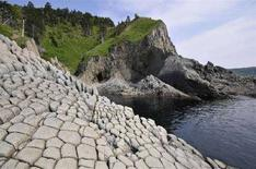 <p>Береговая линия Кунашира, самого южного из Большой гряды Курильских островов, 20 июня 2008 года. Землетрясение силой 5,7 балла произошло в районе Курильских островов в Тихом океане в воскресенье, сообщила геологическая служба США. (REUTERS/Yuri Maltsev)</p>