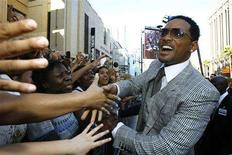 "<p>Cast member Will Smith (R) greets fans as he arrives at the movie premiere of ""Hancock"" at Grauman's Chinese theatre in Hollywood, California June 30, 2008. REUTERS/Mario Anzuoni</p>"