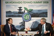 """<p>Дмитрий Медведев и Джордж Буш ведут переговоры во время саммита """"Большой восьмерки"""" в Японии, 7 июля 2008 года. Соединенные Штаты и Россия не смогли преодолеть давних разногласий касательно размещения американской системы ПРО в Европе, сказал президент РФ Дмитрий Медведев в понедельник на совместной пресс-конференции с коллегой из США Джорджем Бушем. REUTERS/Jim Young</p>"""