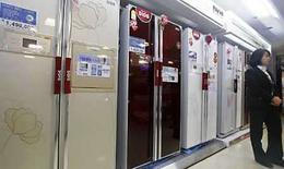 <p>Refrigeradores de LG Electronics en una tienda en Seúl, 24 ene 2008 (foto de archivo). Estos días, cuando los clientes entran en las tiendas de electrónica, la primera pregunta que hacen es cuánta electricidad consumen el refrigerador, la lavadora o el computador portátil que están pensando comprar. Con el petróleo rondando los 145 dólares el barril y los precios de la electricidad disparándose, los consumidores están empezando a preocuparse por mantener bajas sus facturas eléctricas. Photo by Lee Jae-Won/Reuters</p>