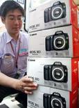 <p>Canon va investir 17,4 milliards de yens (100 millions d'euros) dans la construction d'un nouveau site de production au Japon afin de faire face à une demande grandissante d'appareils photo numériques. /Photo d'archives/REUTERS/Issei Kato</p>