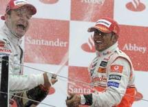 <p>Lewis Hamilton, da McLaren, e Rubens Barrichello, da Honda, comemoram no pódio do GP da Inglaterra, em 6 de julho de 2008. Photo by Thomas Bohlen</p>