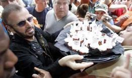 <p>Ringo Starr festeja aniversário numa calçada em Chicago. Para comemorar seu 68o aniversário, Ringo Starr promoveu uma festa de 'paz e amor' numa calçada de Chicago, debaixo de chuva, na segunda-feira. 7 de julho. Photo by Frank Polich</p>