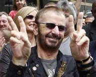 <p>El ex Beatle Ringo Starr hace el signo de la paz a su llegada al centro de Chicago, 7 jul 2008. Ringo Starr (en la foto) realizó una fiesta de 'paz y amor' en una calle de Chicago durante un lluvioso día para celebrar su cumpleaños número 68. '¿Qué podría estar mal? Paz y amor. ¡Qué gran regalo de cumpleaños!', dijo el ex Beatle. 'Es un acontecimiento', agregó. Photo by Frank Polich/Reuters</p>
