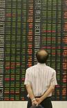 <p>Un investitore osserva l'andamento degli indici di borsa.. REUTERS/Jo Yong-Hak</p>