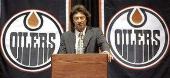 <p>New Edmonton Oilers' owner Daryl Katz speaks to the media and employees during a news conference announcing the NHL team's new owner in Edmonton July 2, 2008. REUTERS/Dan Riedlhuber</p>