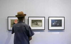 <p>Un hombre toca dibujos del pintor español Francisco Goya en una galería de arte en Sofía (foto de archivo), 31 jul 2007. Tres dibujos de Francisco de Goya, supuestamente perdidos durante más de 130 años, fueron vendidos el martes en una subasta por cuatro millones de libras (7,9 millones de dólares), el doble del precio previsto. Los dibujos, vendidos en la casa de subastas Christie's de Londres, fueron vistos por última vez en una venta de obras del artista realizada en París en 1877 y los tres proceden de la celebrada colección de dibujos privados del pintor español. Photo by (C) NIKOLAY DOYCHINOV / REUTERS/Reuters</p>