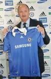 <p>O novo técnico do Chelsea, Luiz Felipe Scolari, posa com a camisa do clube, na Inglaterra, dia 8 de julho. Photo by Toby Melville</p>