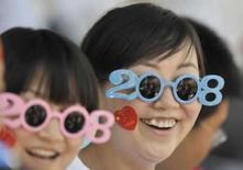<p>Mujeres esperan el traslado de la antorcha olímpica en Lanzhou, China, 7 jul 2008. La televisión estatal china tiene previsto dejar de lado su habitual retardo para las transmisiones en directo durante los Juegos Olímpicos, por lo que la audiencia podrá ver todo 'mientras ocurre', dijo el martes la agencia oficial de noticias Xinhua. China Central Television (CCTV) emite los programas en directo con un retraso de 30 segundos para asegurarse que la retransmisión es 'segura y sin problemas', dijo la información. Photo by Stringer Shanghai/Reuters</p>