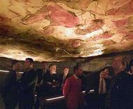 <p>Foto de archivo de un grupo sin identificar de ministros de la Unión Europea visitan las cuevas de Altamira en España, 4 mayo 2002. El Comité de Patrimonio Mundial de la UNESCO, reunido en Québec, declaró al Arte Rupestre Paleolítico de la Cornisa Cantábrica en España como Patrimonio Mundial, informó el martes el Ministerio de Cultura del país. Esta designación representa una ampliación de la Cueva de Altamira, que fue incluida en la Lista de Patrimonio Mundial en 1985, y abarca 17 yacimientos ubicados en Asturias, Cantabria y el País Vasco. (foto de archivo) Photo by (C) REUTERS PHOTOGRAPHER / REUTERS/Reuters  DB/WS</p>