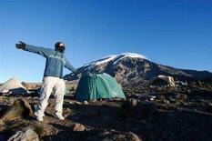 <p>Un alpinista si riposa durante una sosta nella salita al Kilimanjaro. REUTERS/Darrin Zammit Lupi</p>