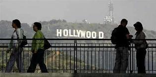 <p>El menor de dos sindicatos de actores de Hollywood dijo el martes que sus miembros han ratificado un nuevo contrato de televisión, socavando un intento del Sindicado de Actores de Cine y Televisión (SAG, por su sigla en inglés) por lograr un mejor acuerdo. El acuerdo con los grandes estudios de Hollywood cubre a 70.000 miembros de la Federación Estadounidense de Artistas de Radio y Televisión (AFTRA, por su sigla en inglés), y fue aprobado pese a una campaña del SAG que instaba a unos 40.000 artistas que participan de ambas agrupaciones a rechazar el acuerdo del AFTRA. Photo by (C) FRED PROUSER / REUTERS/Reuters</p>