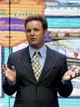 <p>El productor de televisión Mark Burnett (en la foto), cuyo programa 'Survivor' ayudó a encender la locura por los reality shows en Estados Unidos, fue demandado por 70 millones de dólares por un ex socio que declaró que Burnett se rehusó a pagarle su parte de las ganancias. Conrad Riggs explicó en su demanda presentada ante la corte superior de Los Angeles que Burnett, de 47 años, aceptó pagarle el 10 por ciento de sus ganancias futuras en un trato realizado en 1998, cuando Burnett, un ex oficial militar británico, recién ingresaba a la televisión. Photo by (C) LUCAS JACKSON / REUTERS/Reuters</p>