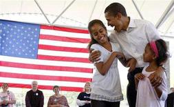 <p>Democratic presidential candidate Senator Barack Obama shares a light moment with his daughters Malia (L) and Shasha during a picnic with hundreds of participants in Fort Wayne, Indiana, May 4, 2008. REUTERS/Jason Reed</p>