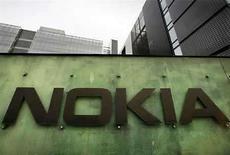 <p>Foto de archivo del centro de investigación y desarrollo de Nokia en Helsinki, 11 abr 2008. Nokia, el mayor fabricante mundial de teléfonos móviles, anunció el miércoles que lanzaráen el 2009 un accesorio para las personas con deficiencia auditiva que mejora las comunicaciones filtrando el ruido de fondo, dijo el jueves la compañía finlandesa. El proyecto, desarrollado por empleados de la empresa con deficiencias auditivas, es compatible con terminales que dispongan de tecnología Bluetooth y funciona como un manos libres. (foto de archivo) Photo by (C) BOB STRONG / REUTERS/Reuters</p>