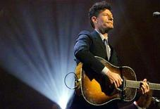 <p>Lyle Lovett performs during a concert in New York in this June 6, 2000 file photo. REUTERS/Mike Segar</p>