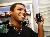 <p>Jordon Brown, primeiro comprador do iPhone 3G em Toronto, exibe aparelho. O novo iPhone atraiu uma horda de fãs às lojas da Apple em mais de 20 países. Photo by Mark Blinch</p>