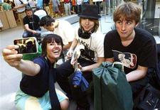 <p>Tatiana Rodriguez takes a photo with her new iPhone 3G at an Apple Store in New York July 11, 2008. REUTERS/Shannon Stapleton</p>