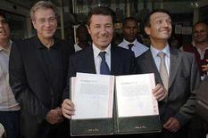 <p>Nice Mayor Christian Estrosi (C) holds copies of the birth certificate of Angelina Jolie's son, Knox Leon, as her doctor Michel Sussmann (L) and hospital director Bernard Lecat look on in front of the Nice Lenval Hospital, southern France, July 13, 2008. The girl named Vivienne Marcheline, weighed 2.27 kg (5 lbs) and the boy named Knox Leon, weighed 2.28 kg, according to Sussmann. REUTERS/Chris Serrano</p>