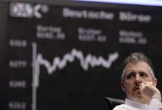 <p>Un trader della Borsa di Francoforte in una foto d'archivio. REUTERS/Kai Pfaffenbach (Germania)</p>