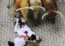 <p>Personas caen ante toros del rancho Núñez del Cuvillo durante el último encierro de San Fermín, en Pamplona, España, 14 jul 2008. Cinco hombres resultaron heridos el lunes en Pamplona en el último encierro de las Fiestas de San Fermín, que contó con los toros de la ganadería gaditana de Núñez del Cuvillo. Tres de los heridos fueron trasladados al Hospital de Navarra y otros dos al Virgen del Camino, según indicó la Oficina Internacional de Prensa Sanfermín (OIP) citando a la directora médica de este segundo centro, Begoña Goldaracena. Photo by Eloy Alonso/Reuters</p>