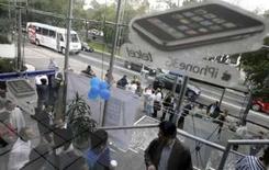 <p>Clientes fazem fila para comprar o novo iPhone 3G da Apple na Cidade do México, dia 11 de julho. A Apple afirmou nesta segunda-feira que vendeu 1 milhão de unidades do novo modelo do iPhone em seu primeiro final de semana desde o lançamento. Photo by Daniel Aguilar</p>