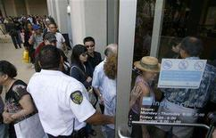 <p>People enter an IndyMac Bank branch at the company's corporate headquarters, after waiting in line for it to open under federal management, in Pasadena, California July 14, 2008. REUTERS/Danny Moloshok</p>