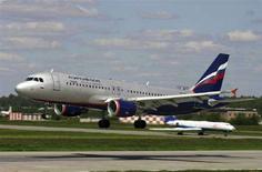 <p>Лайнер Airbus A-320 авиакомпании Аэрофлот садится в аэропорту Шереметьево (фотография не датирована). Российский авиаперевозчик Аэрофлот собирается отдать внутреннее пространство самолетов под рекламу, чтобы частично компенсировать ускоряющийся рост издержек. (REUTERS/Stringer/Files)</p>