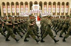 <p>Грузинские солдаты маршируют на военном параде в Тбилиси , 26 мая 2007 года. США прислали группу военных на стартовавшие во вторник учения в Грузии, которая опасается перерастания в войну обострившегося конфликта с Россией. (REUTERS/David Mdzinarishvili)</p>