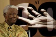 <p>El ex presidente sudafricano Nelson Mandela sonríe durante el lanzamiento de nuevas estampillas en Houghton, Sudáfrica, 15 jul 2008. Sudáfrica presentó el martes una nueva serie de estampillas para conmemorar el cumpleaños 90 del ex presidente Nelson Mandela. El lanzamiento de las estampillas se suma a la presentación del banco central de Sudáfrica, la semana pasada, de una nueva moneda de cinco rands (0,65 dólares) con un sonriente retrato del ícono de la lucha contra el apartheid. Photo by Siphiwe Sibeko/Reuters</p>
