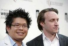 <p>Los fundadores de YouTube, Steve Chen y Chad Hurley (der) en los premios Webby Awards en Nueva York (foto de archivo), 5 jun 2007. Las partes enfrentadas en dos demandas presentadas contra YouTube por violación de derechos de autor alcanzaron un acuerdo para proteger la privacidad de millones de usuarios de ese sitio en su búsqueda de pruebas, dijo el lunes un portavoz de Google. A comienzos de julio, un juez federal de Nueva York ordenó a Google entregar a Viacom Inc. y otros demandantes los datos de usuarios de YouTube para ayudarlos a preparar un estudio confidencial de lo que, según afirman, son enormes violaciones de derechos en la página web de intercambio de vídeos. Photo by (C) LUCAS JACKSON / REUTERS/Reuters</p>