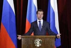 <p>Президент России Дмитрий Медведев выступает на встрече с российскими дипломататми в министерстве иностранных дел РФ, Москва, 15 июля 2008 года. Крепнущая Россия продолжит напористую внешнюю политику, нацеленную на обеспечение интересов национальной безопасности и усиление влияния на мировой арене, заявил президент Дмитрий Медведев на встрече с российскими дипломатами. (REUTERS/Alexander Zemlianichenko)</p>